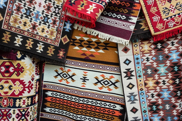 Alfombra tradicional georgiana. las alfombras con patrones geométricos típicos se encuentran entre los productos más famosos de georgia.