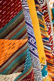 Alfombras en mercado en marruecos
