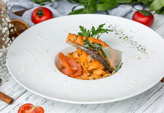 Alfredo de salmón con salmón tostado y ahumado, perejil y parmesano