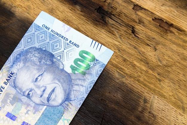 Algo de dinero en efectivo en una superficie de madera