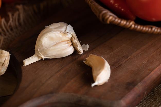 Algunos ajos frescos sobre tabla de madera