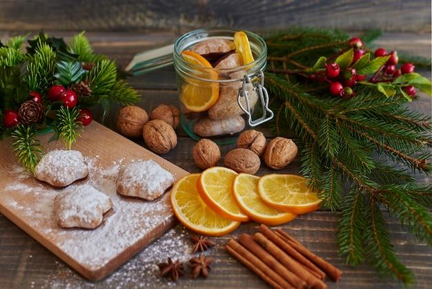 Algunos alimentos y decoraciones navideñas.