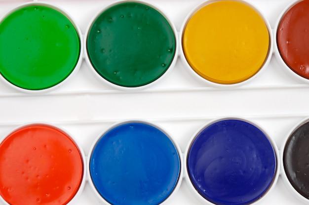 Algunos colores de pintura con el fondo blanco.