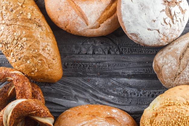 Algunos panecillos turcos con pan y productos de panadería en la superficie de madera gris, vista superior. espacio libre para su texto