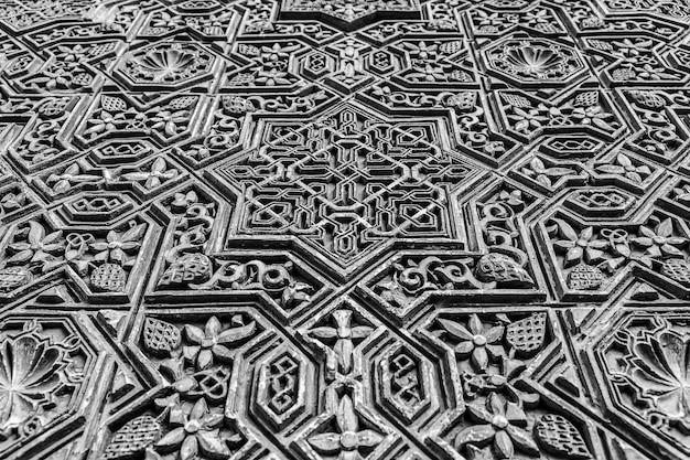 Alhambra de granada, españa. detalle de un muro de 800 años de antigüedad en estilo islámico.