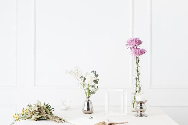 Alianzas de boda con adornos florales