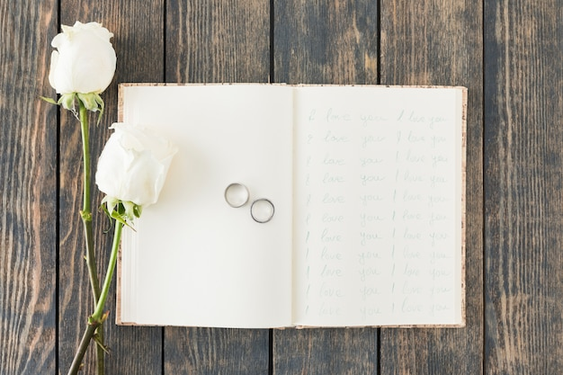 Alianzas de boda con adornos