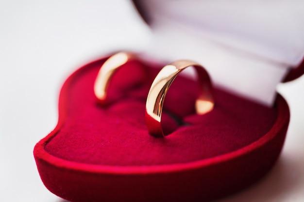 Alianzas de boda, anillos de boda en la caja roja, joyas de boda, preparación de boda