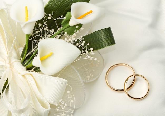 Alianzas de boda con ramo de cala.