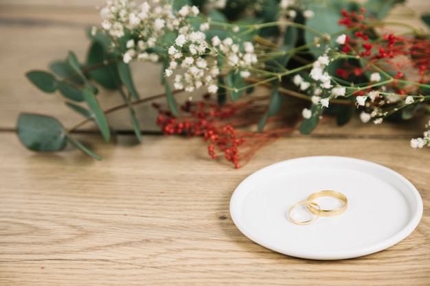 Alianzas de boda con ramo de flores