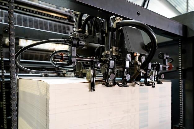 El alimentador de la máquina de impresión offset transfiere papel metálico a través de la mesa de alimentación a la fábrica de la unidad de impresión