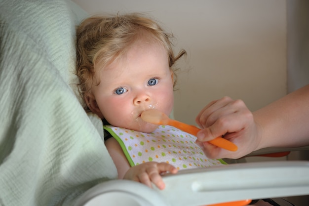 Alimentando a la niña linda