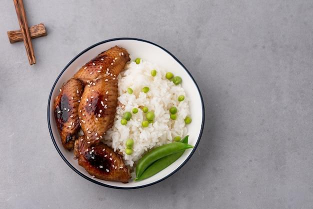 Alimento chino alitas de pollo frito con arroz.