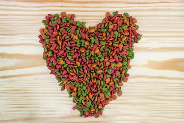 Alimento para mascotas en forma de corazón.