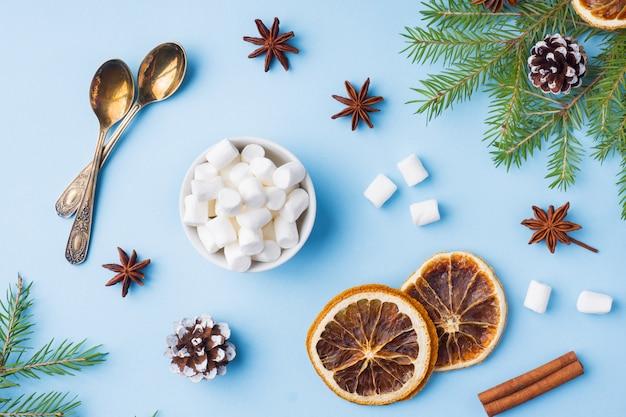 Alimento naranjas nueces especias piñas árbol de navidad en azul