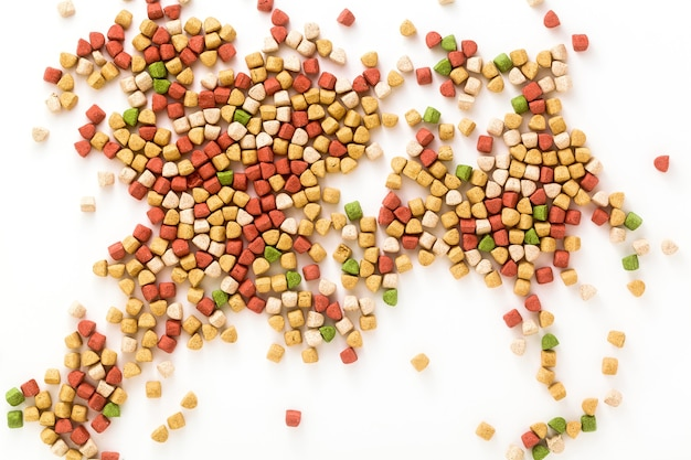 Alimento seco para animales domésticos aislado sobre fondo blanco.