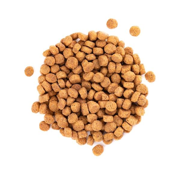 Alimento seco para mascotas, aislado sobre fondo blanco. pila de alimentos para animales granulados