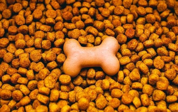 Alimento seco para perros en trozos pequeños y con forma de hueso