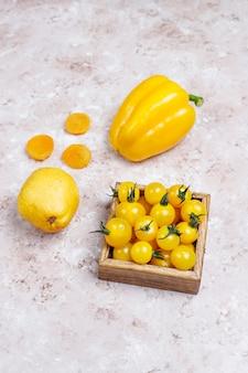 Alimentos amarillos en superficie de concreto