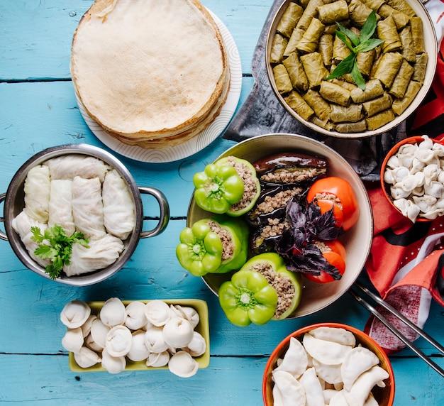 Alimentos azerbaiyanos tradicionales en mesa azul.