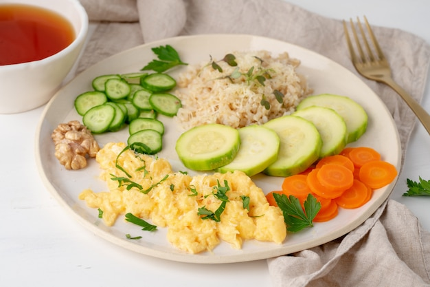 Alimentos balanceados sin gluten, arroz integral y calabacín con revuelto, dieta dash fodmap