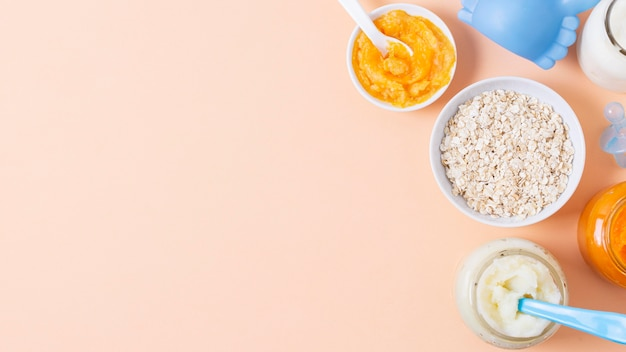 Alimentos para bebés en fondo rosa
