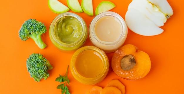 Alimentos para bebés en frascos pequeños. enfoque selectivo.