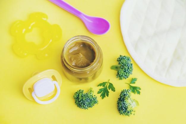Alimentos para bebés en frascos pequeños.