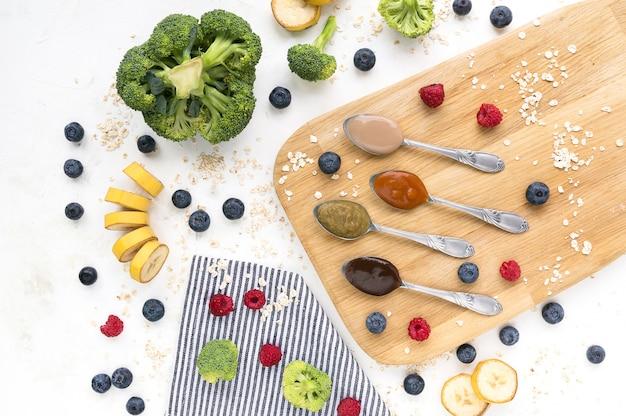 Alimentos para bebés hechos de frutas y verduras frescas.
