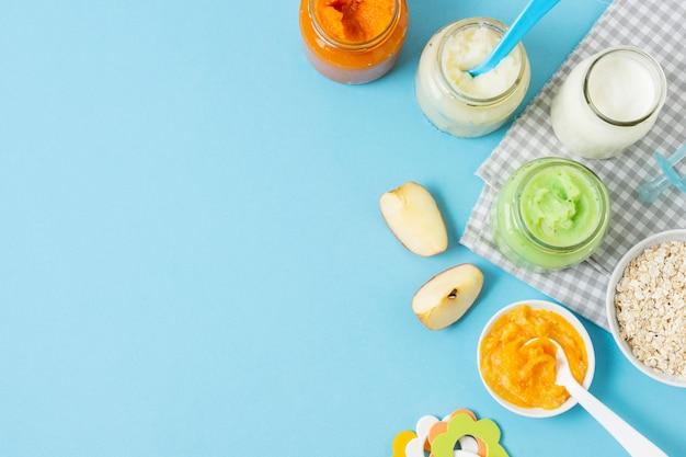 Alimentos para bebés en la vista superior de fondo azul