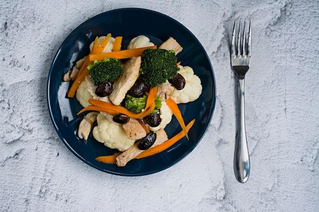Alimentos dietéticos, ensalada de verduras frescas con coliflor.