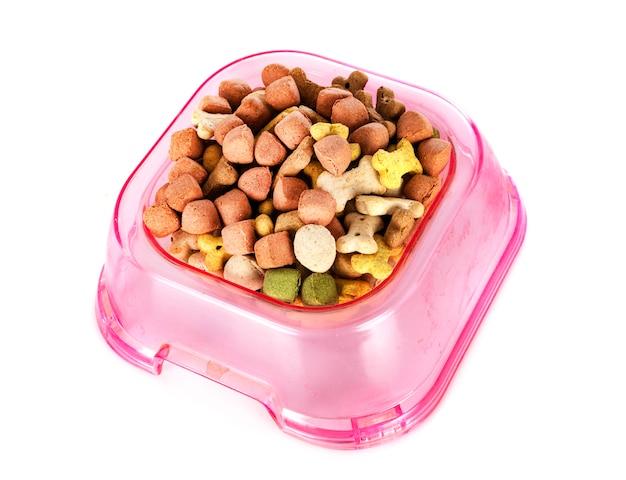 Alimentos para mascotas secos delante de un fondo blanco