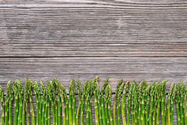 Alimentos orgánicos. espárragos en el fondo de madera vieja.