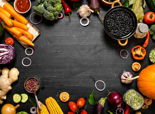 Alimentos orgánicos vegetales crudos frescos con frijoles negros