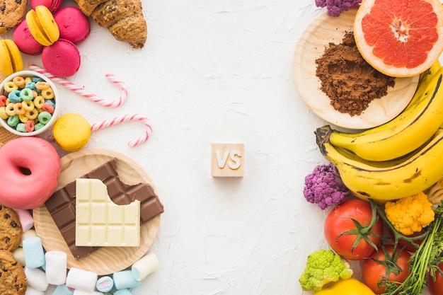 Alimentos poco saludables versus saludables en la superficie blanca