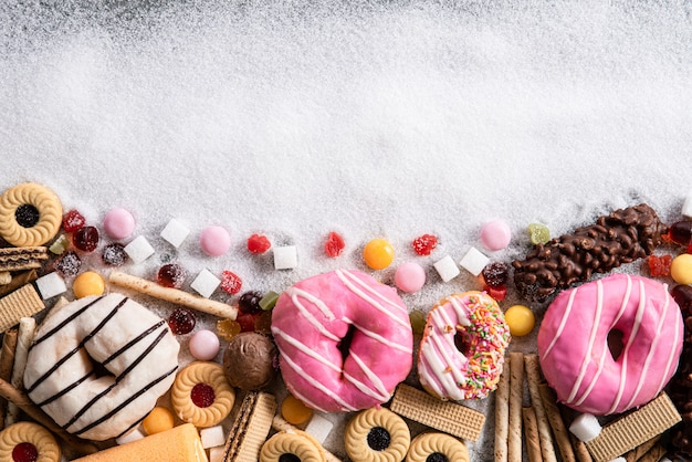 Alimentos que contienen azúcar. concepto de abuso y adicción al chocolate, cuidado corporal y dental.