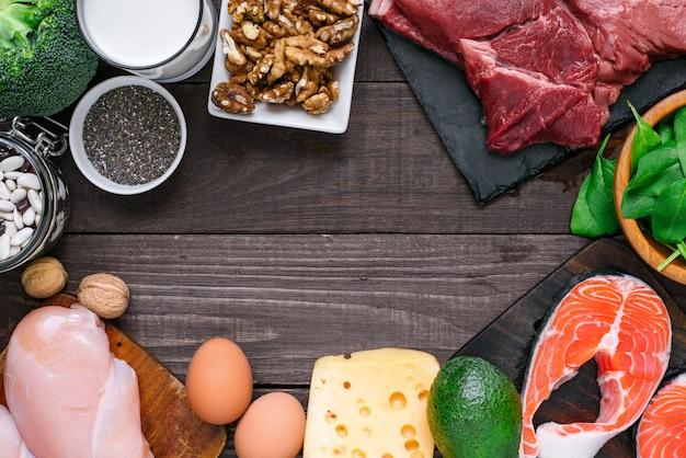 Alimentos ricos en proteínas: pescado, carne, pollo, nueces, huevos, leche y verduras. concepto de alimentación y dieta saludable