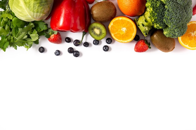 Alimentos ricos en vitamina c aislados sobre fondo blanco. copia espacio