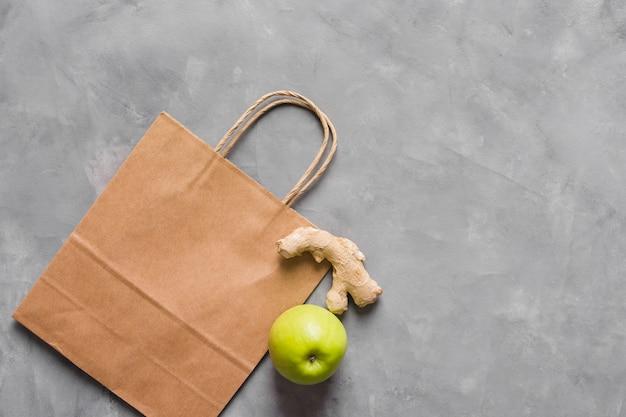 Alimentos saludables y bolsa de papel
