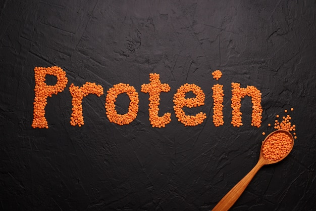 Alimentos saludables, dietas, concepto de fuente de proteína vegana. crudo de legumbres, lentejas rojas. vista superior plana.