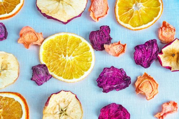 Alimentos saludables nutrición orgánica. rebanadas y secas de manzana, naranja, zanahoria y remolacha en una fila.