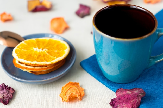 Alimentos saludables nutrición orgánica. rebanadas y secas de manzana, naranja, zanahoria y remolacha y una taza de té