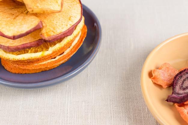Alimentos saludables nutrición orgánica. rebanadas y secas de manzana, naranja, zanahoria y remolacha
