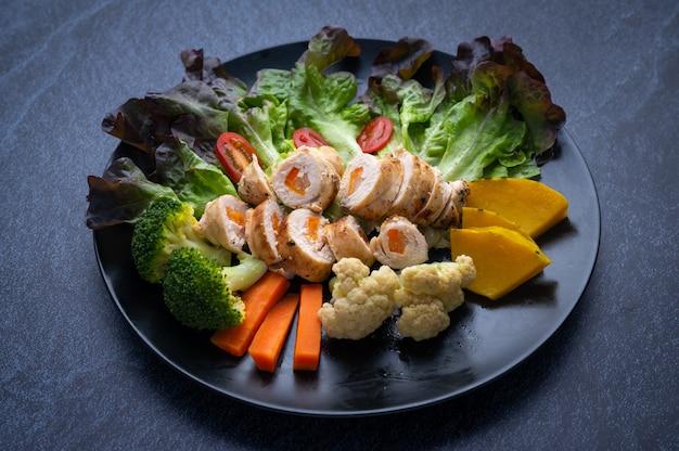 Alimentos saludables que consisten en nutrientes completos de vegetales, carne e ingredientes saludables.