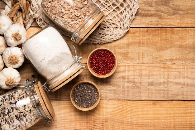 Alimentos saludables y semillas sobre fondo de madera con espacio de copia