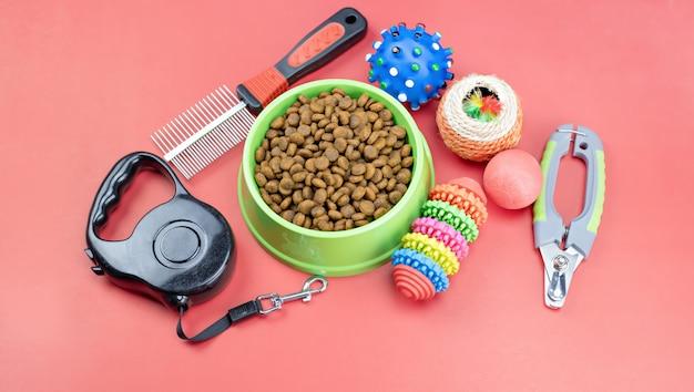 Alimentos secos con accesorios para mascotas.