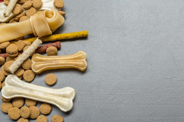 Alimentos secos para perros o gatos. vista superior