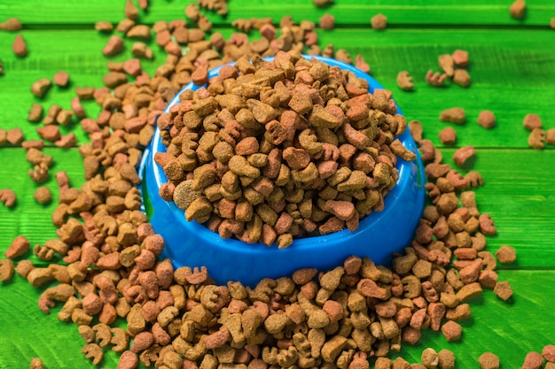 Alimentos secos para perros o gatos.