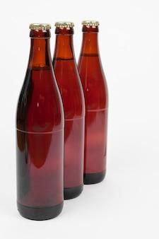 Alineado botellas de cerveza sobre fondo blanco.