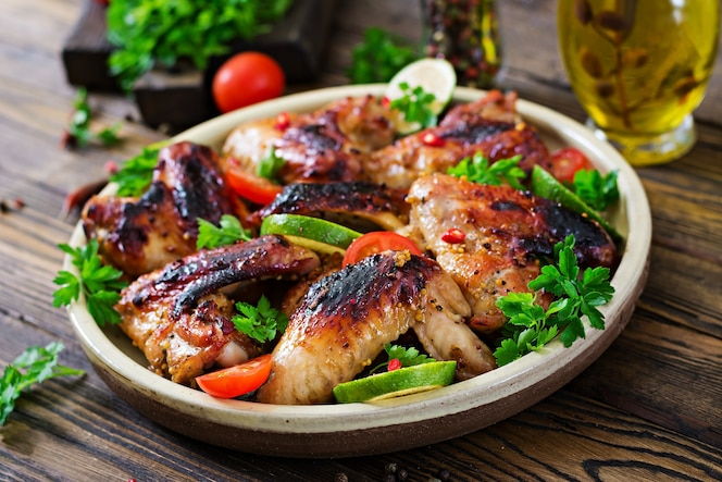Alitas de pollo a la barbacoa en salsa agridulce. picnic. menú de verano